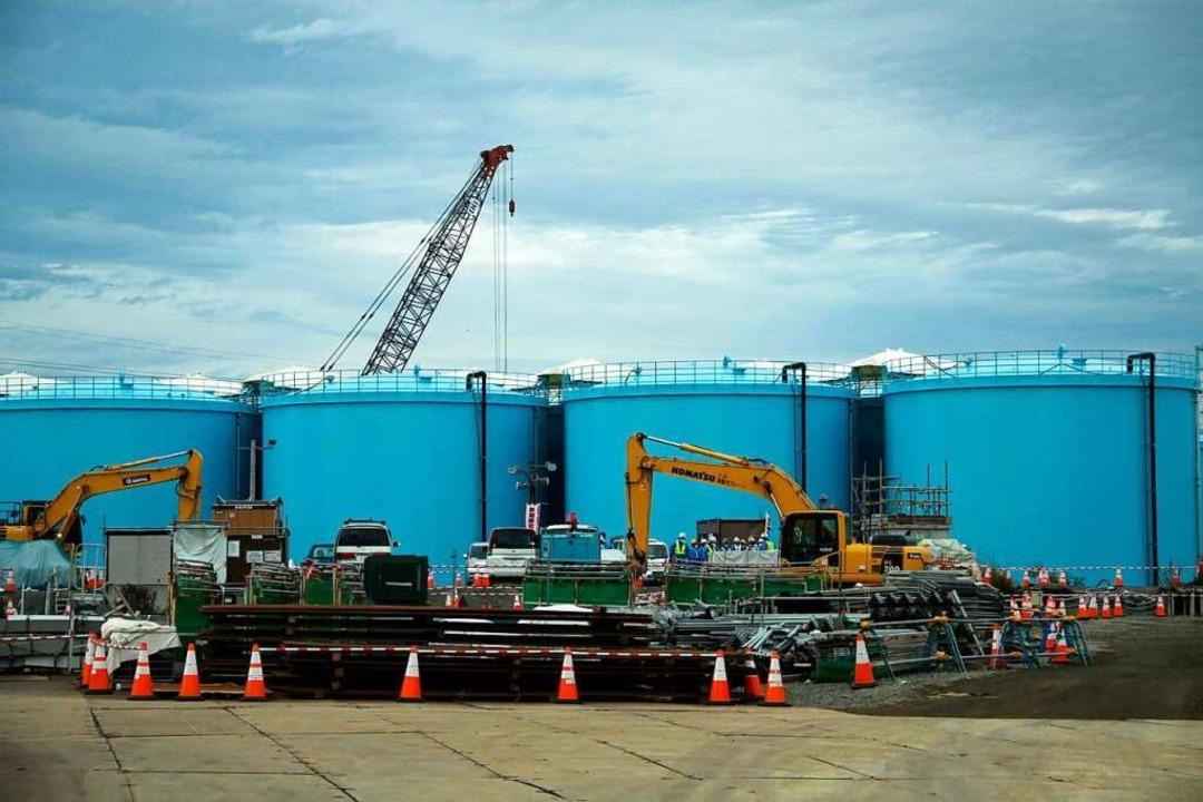 Große Wassertanks speichern radioaktiv...m japanischen Atomkraftwerk Fukushima.  | Foto: - (dpa)