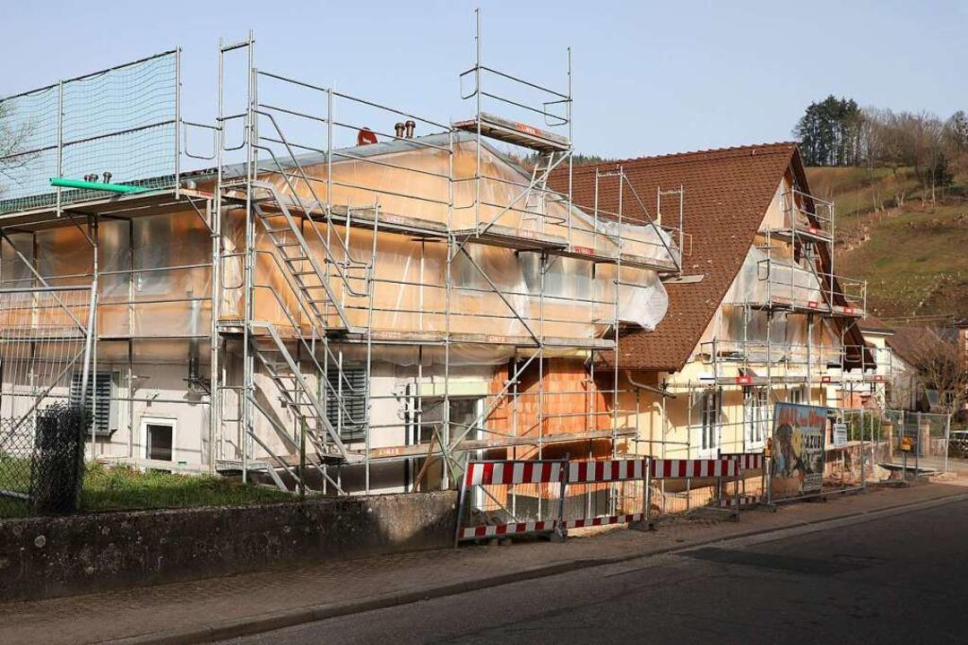 Im Februar wurde an der Pfarrscheune in Schuttertal noch gebaut.  | Foto: Christoph Breithaupt