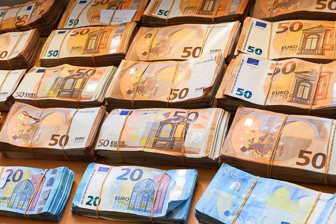 Mehr als 60.000 Euro fanden Bundespoli...m Gepäck eines Reisenden (Symbolfoto).  | Foto: Silas Stein (dpa)