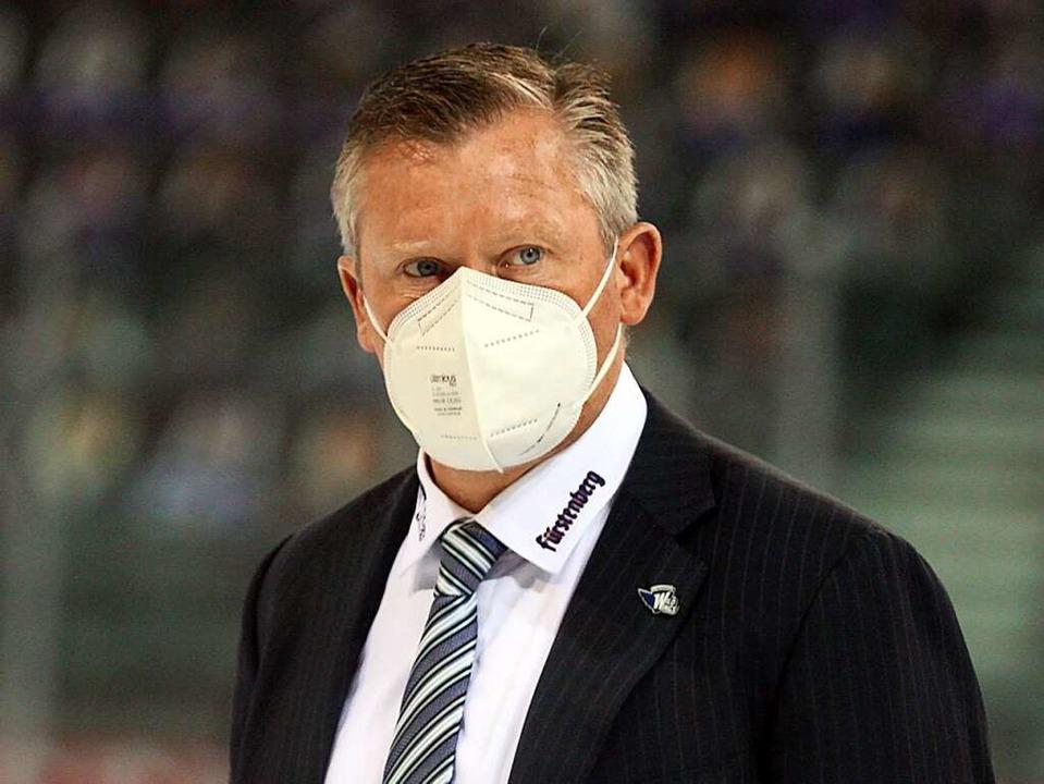 Hinter dieser Maske verbirgt sich ein ... Schwenningens Trainer Niklas Sundblad  | Foto: Dieter Reinhardt