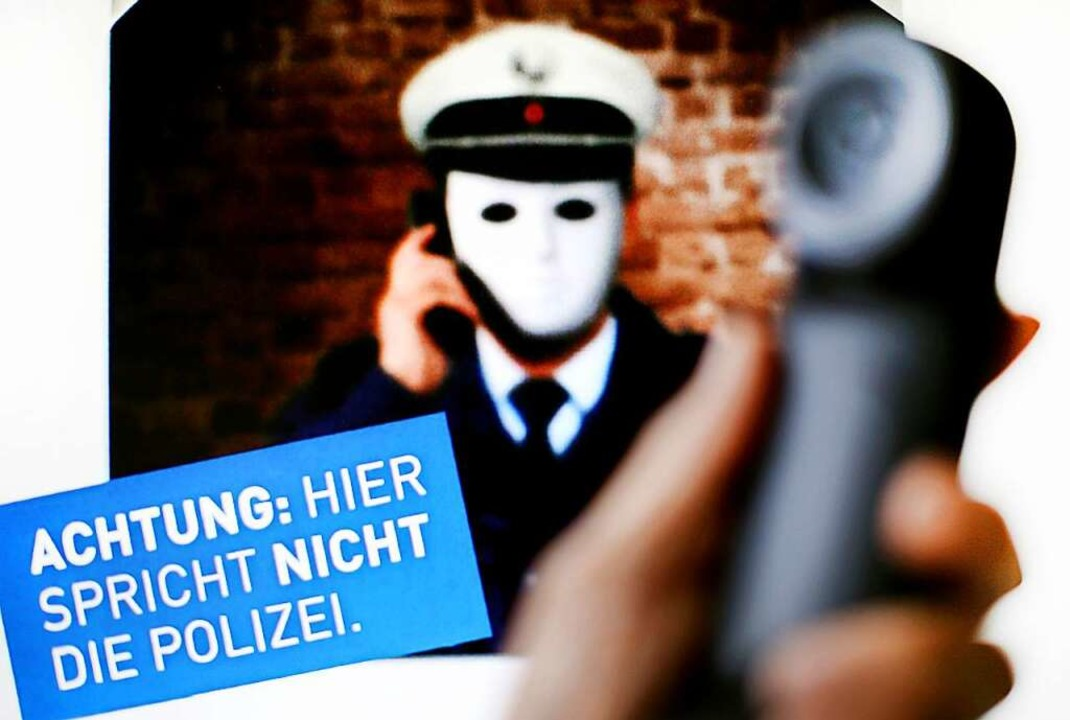 Angebliche Polizisten versuchen ältere Menschen übers Ohr zu hauen.  | Foto: Martin Gerten (dpa)