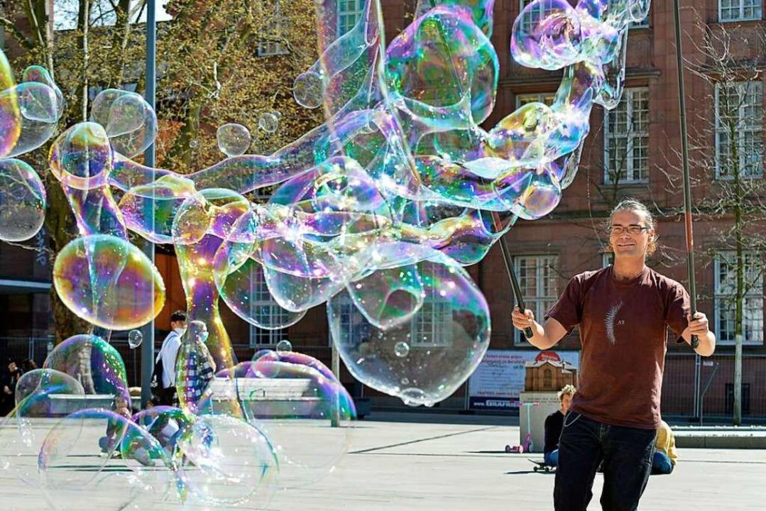 Manuel Maier ist seit November als Seifenblasenkünstler aktiv.  | Foto: Michael Bamberger