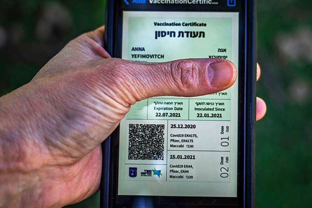 In Israel gibt es den digitalen Impfpass bereits.  | Foto: Ilia Yefimovich (dpa)
