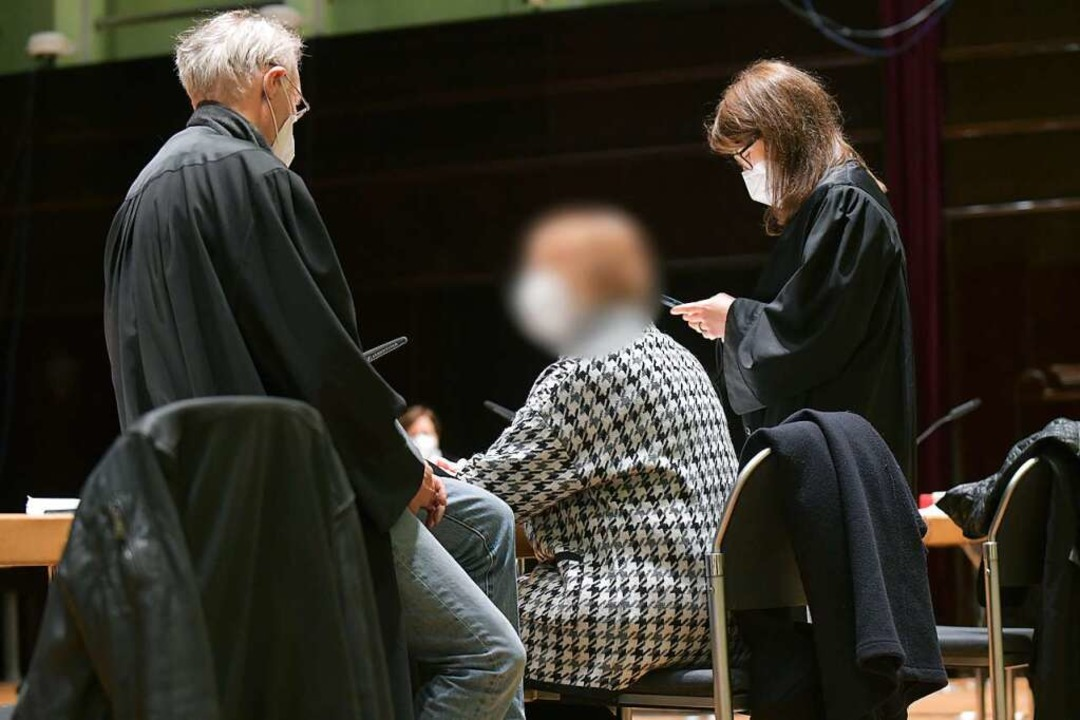 Die angeklagte  Ulrike B. (Mitte) mit Anwalt Johannes Eisenberg (links)    Foto: Michael Bahlo (dpa)