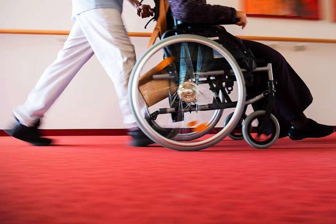 Der Personalschlüssel in Pflegeheimen ...rsonal zu wenig Zeit für die Menschen.    Foto: Tom Weller (dpa)