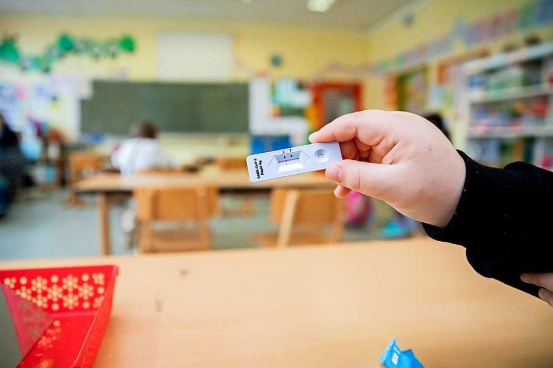 Das Land hat zehn  Millionen Testkits ... viele Kommunen selbst welche besorgt.  | Foto: Christoph Soeder (dpa)