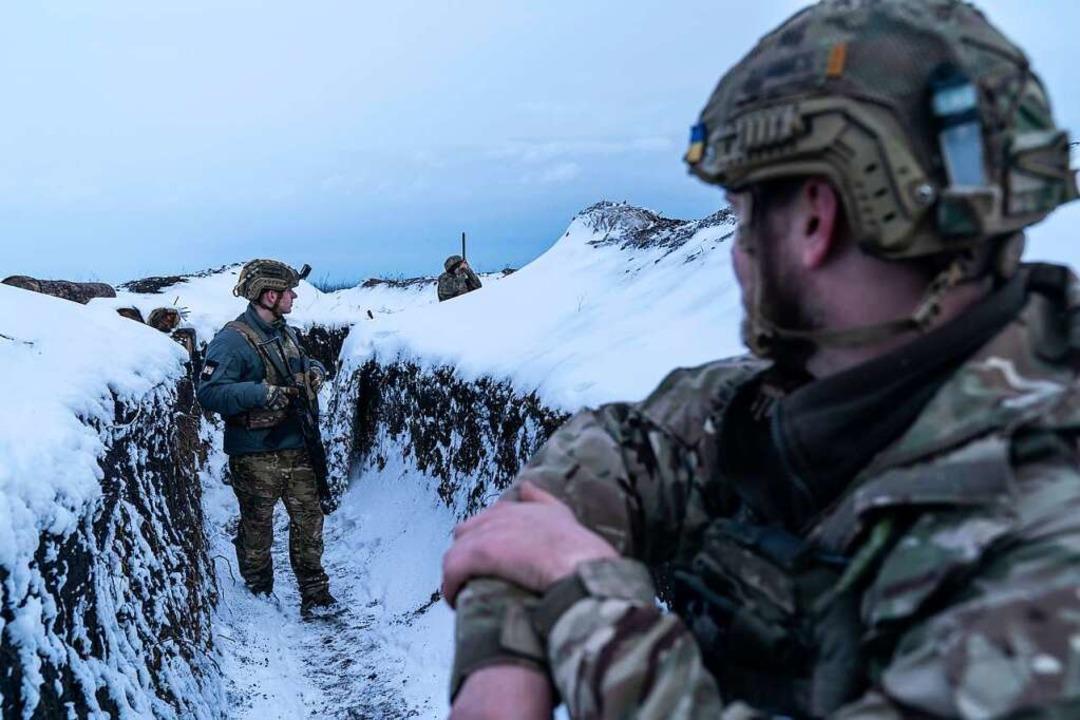 Ukrainische Soldaten gehen im März ent...lassen Russlands Patrioten frohlocken.  | Foto: Evgeniy Maloletka (dpa)