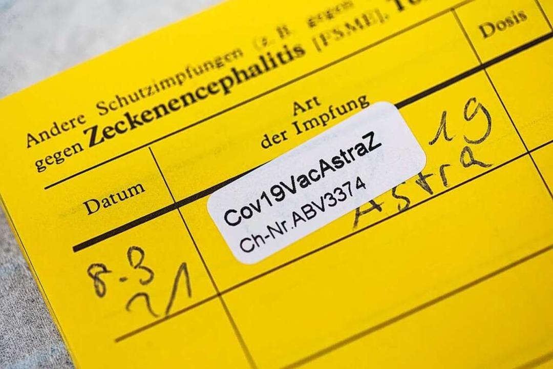 Alternativ zum Impfausweis können Bescheinigungen ausgestellt werden.  | Foto: Rolf Vennenbernd (dpa)