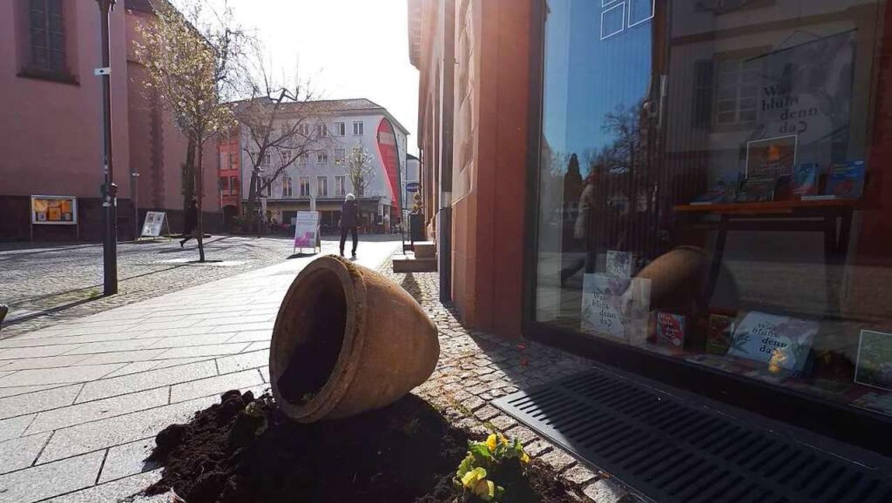 Umgeworfener Blumenkübel in Emmendingen (Archivbild)  | Foto: Anselm Bußhoff