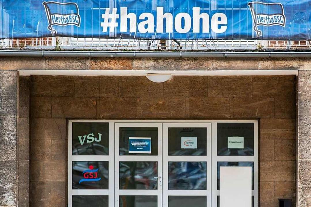 Über der Geschäftsstelle von Hertha BS...t ein Banner mit Schriftzug: #hahohe.     Foto: Andreas Gora (dpa)