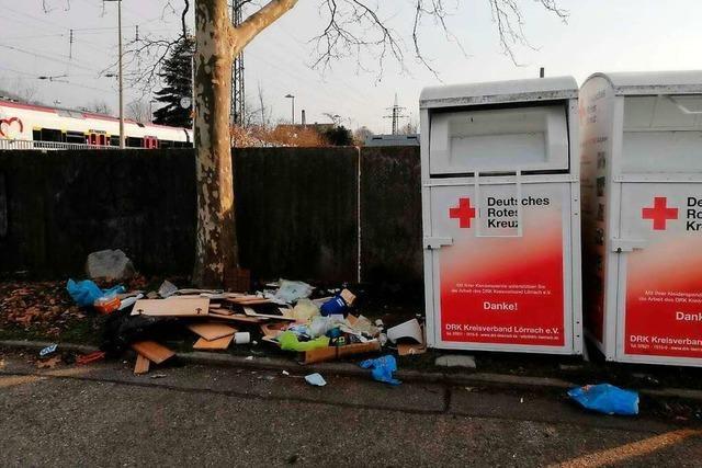 Das Rote Kreuz ist gezwungen, Altkleidercontainer in Lörrach abzubauen