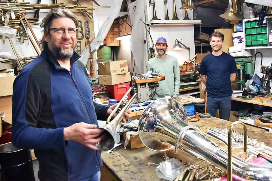Instrumentenbauer Andreas Klingspor (m...toph Franz in der Merzhauser Werkstatt    Foto: Sophia Hesser