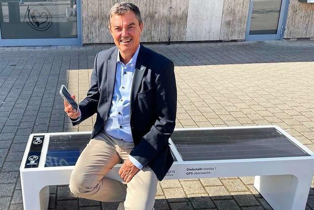 In Bad Krozingen kann man jetzt an smarten Solarbänken sein Handy laden