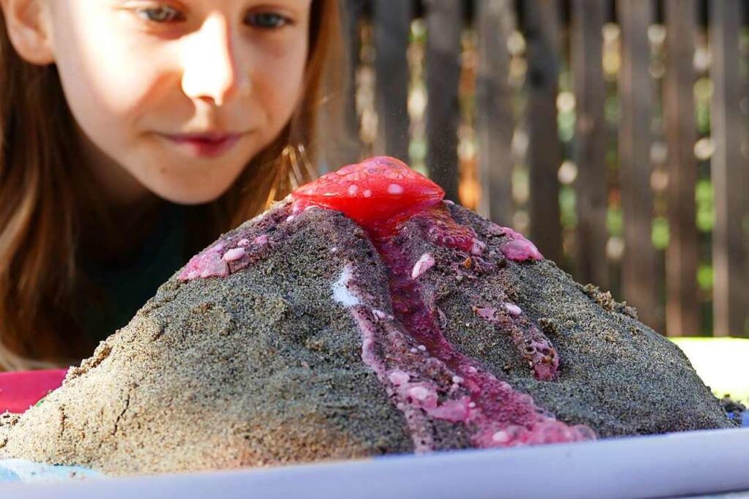 Blubberspaß: Aus Backpulver, Essig und Speisefarbe wird ein Vulkan.  | Foto: Silke Kohlmann