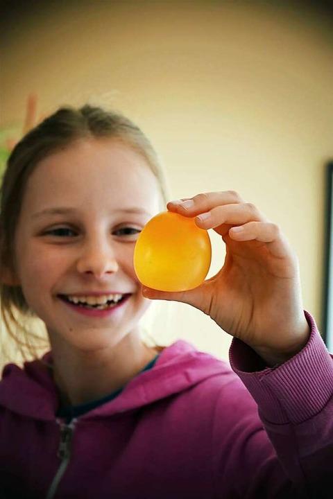 Überraschung: Ein rohes Ei, das sich wie ein Gummiball anfühlt.  | Foto: Silke Kohlmann