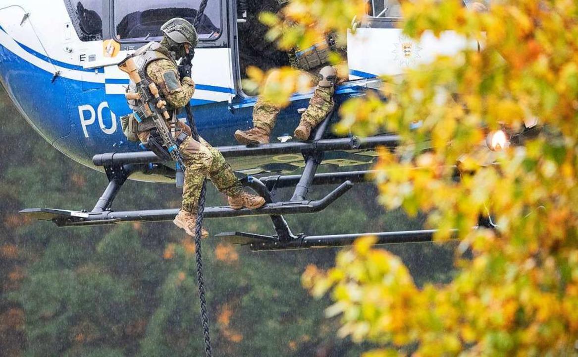 Das Spezialeinsatzkommando wurde per H... nach Schallbach geflogen (Symbolbild)  | Foto: Sebastian Gollnow (dpa)