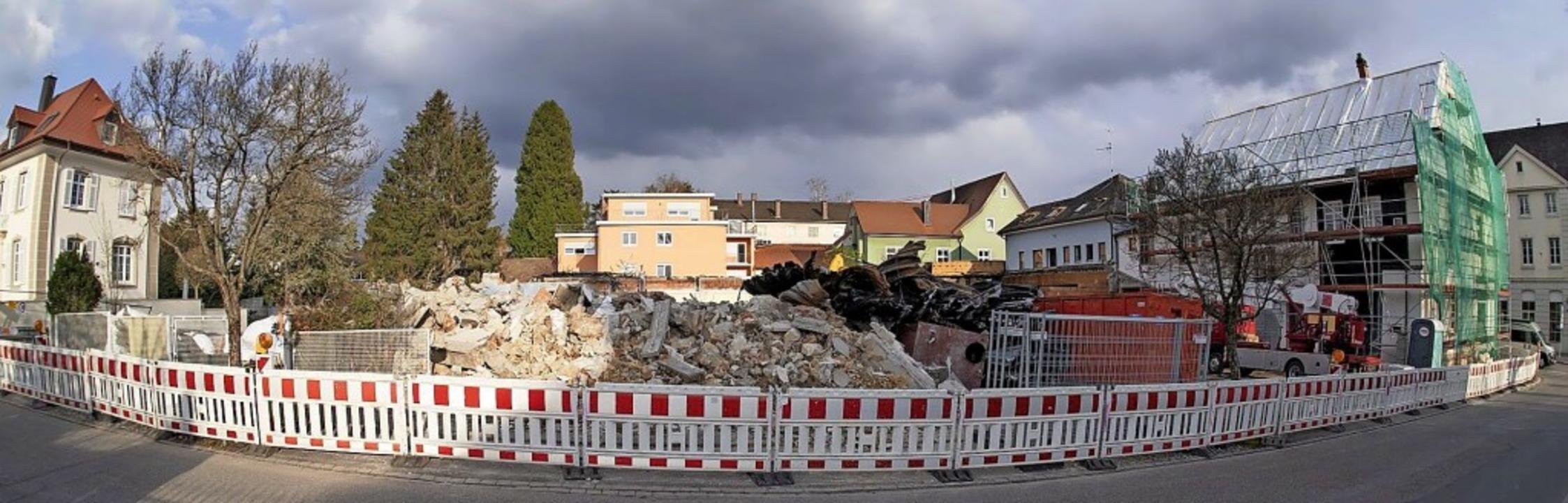 Die Überreste des abgebrannten Netto-L...es Wohnhaus werden derzeit abgerissen.  | Foto: Volker Münch