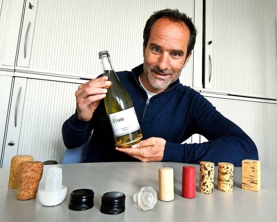 Ramón Heidinger mit typischen Verschlü...en während der Flaschengärung benutzt.  | Foto: Michael Bamberger