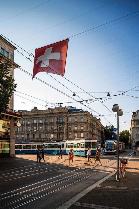 Tram in Zürich: In der Schweiz kann es...fentliche Verkehr ist zuverlässig gut.  | Foto: Gaetan Bally (dpa)