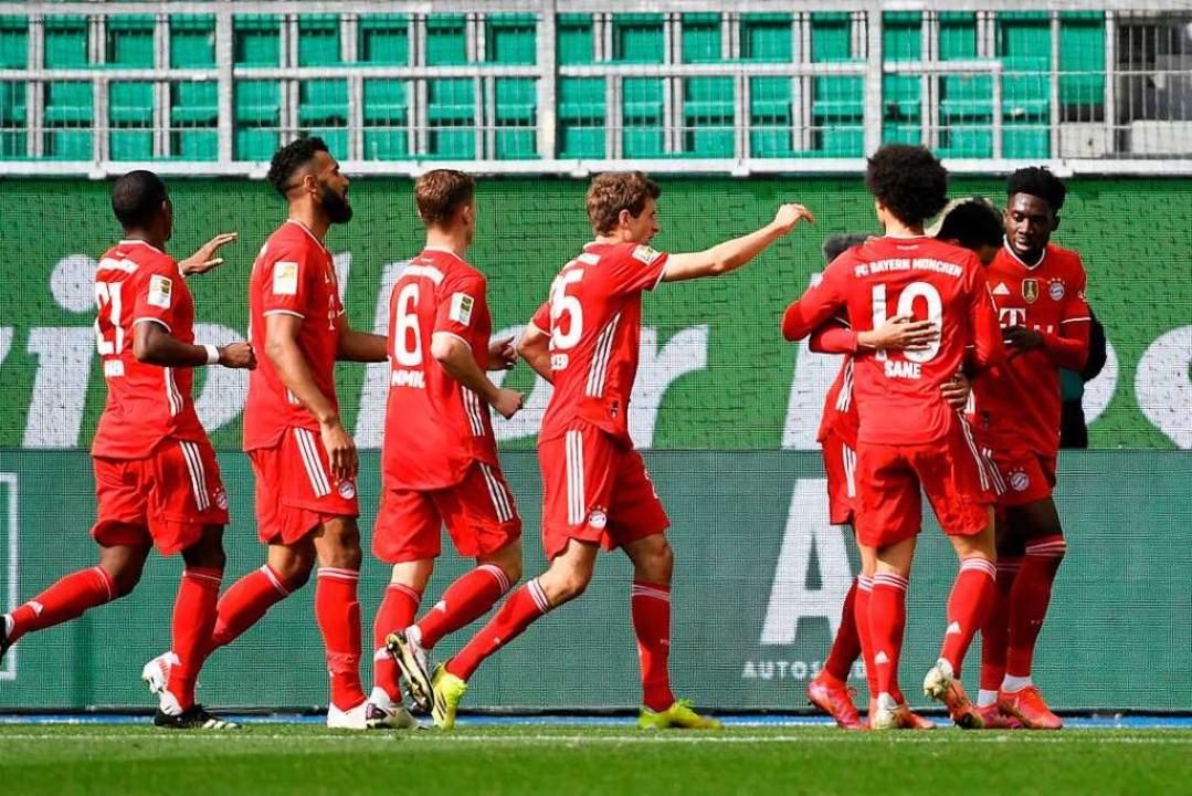 Die Bayern jubeln im Spitzenspiel in Wolfsburg.    Foto: FABIAN BIMMER (AFP)