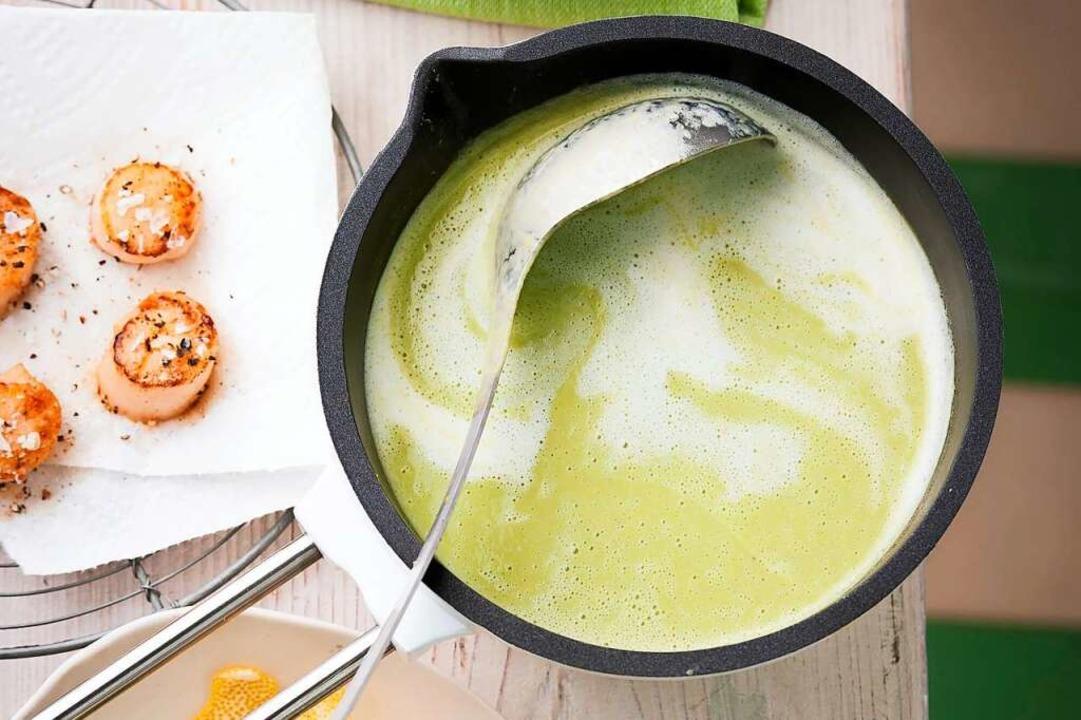 Mit der richtigen Basisbrühe gelingen diese Suppen ganz leicht.  | Foto: Manuela Rüther (dpa)