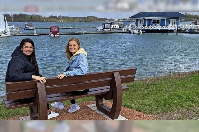 Neue Sitzbänke am Rhein