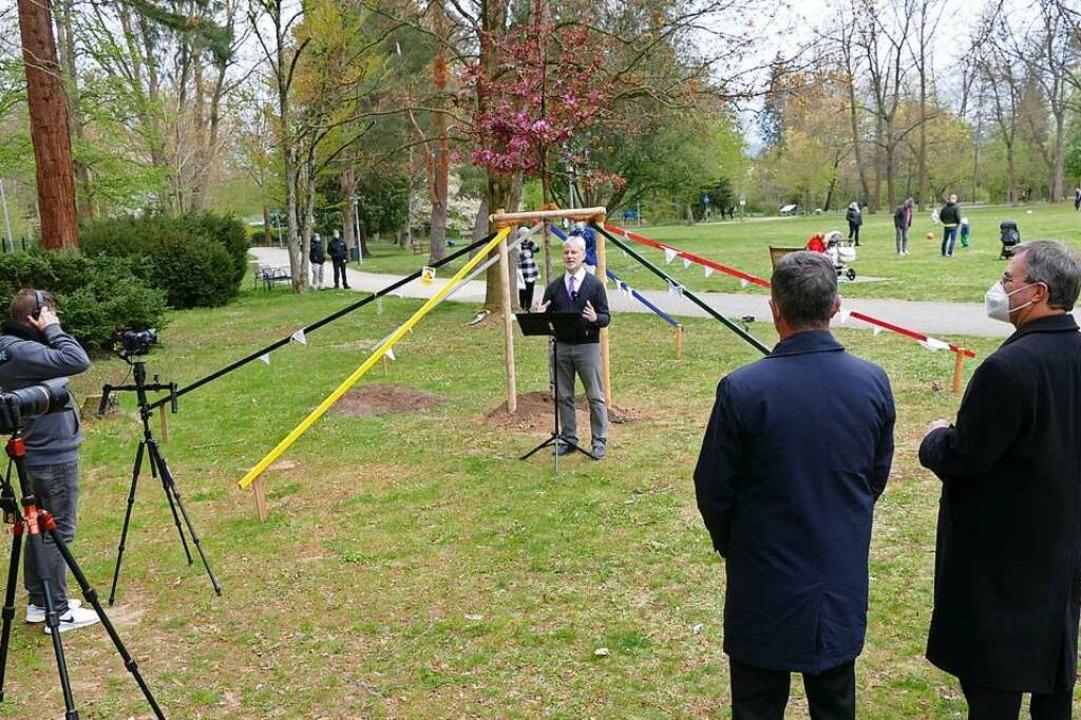 Um den Baum versammelt (von rechts): D...ber, Pfarrer Kruse und mehrere Kameras  | Foto: Frank Schoch