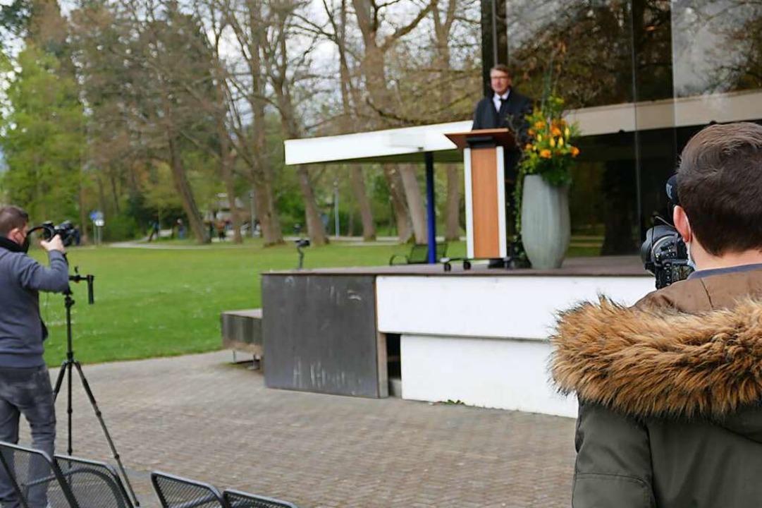 Die Redner, hier Rolf Rubsamen, waren stets im Blick der Kameraleute.  | Foto: Frank Schoch