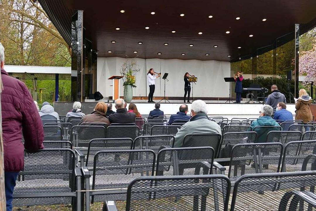 Ein paar Passanten blieben interessier...ses der evangelischen Kirchengemeinde.  | Foto: Frank Schoch