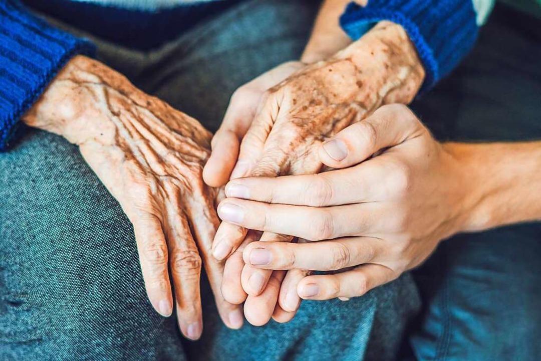 Da sein bis zum Ende: Oft begleiten Angehörige Sterbende zu Hause.     Foto: Galitskaya (Adobe Stock)