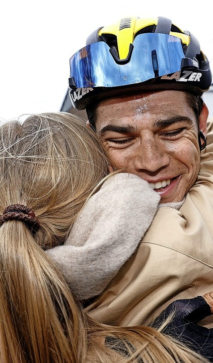 Sieger Wout van Aert freut sich mit seiner Frau Sarah.    Foto: VINCENT JANNINK (AFP)