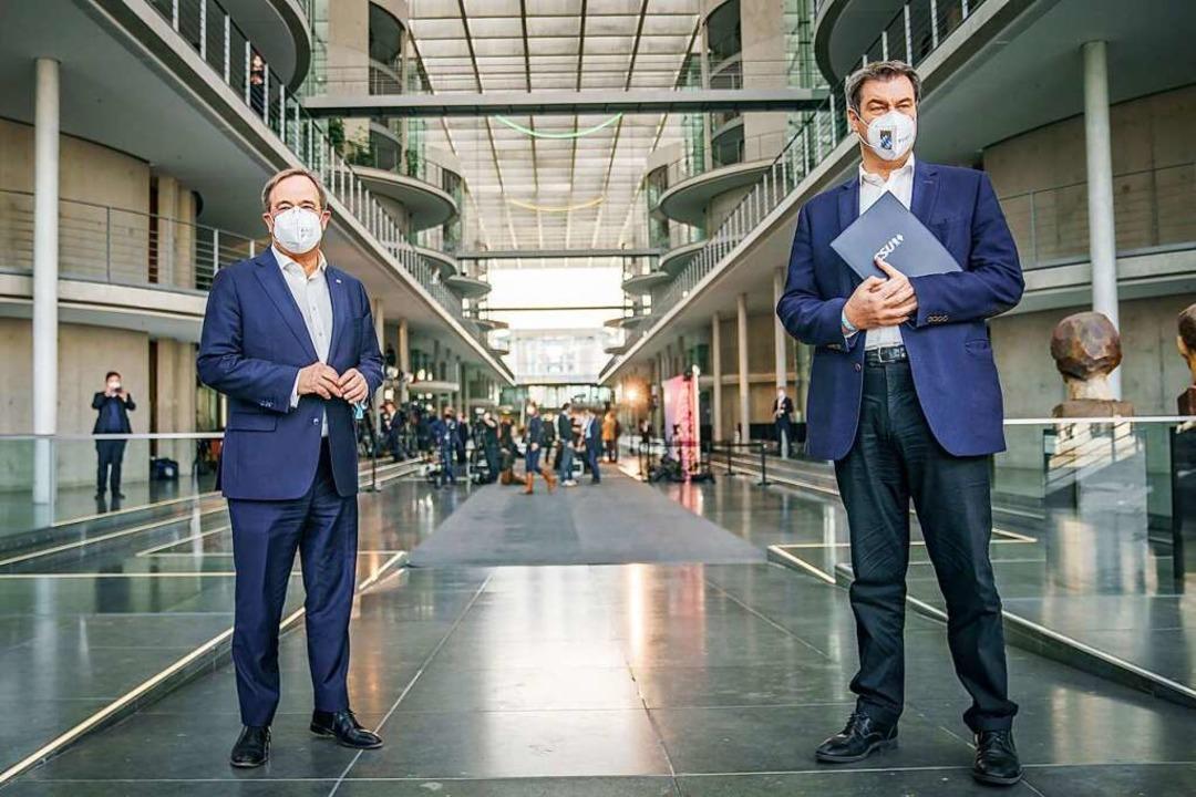 Beide wollen Kanzlerkandidat werden: Armin Laschet (l.) und Markus Söder.  | Foto: Michael Kappeler (dpa)