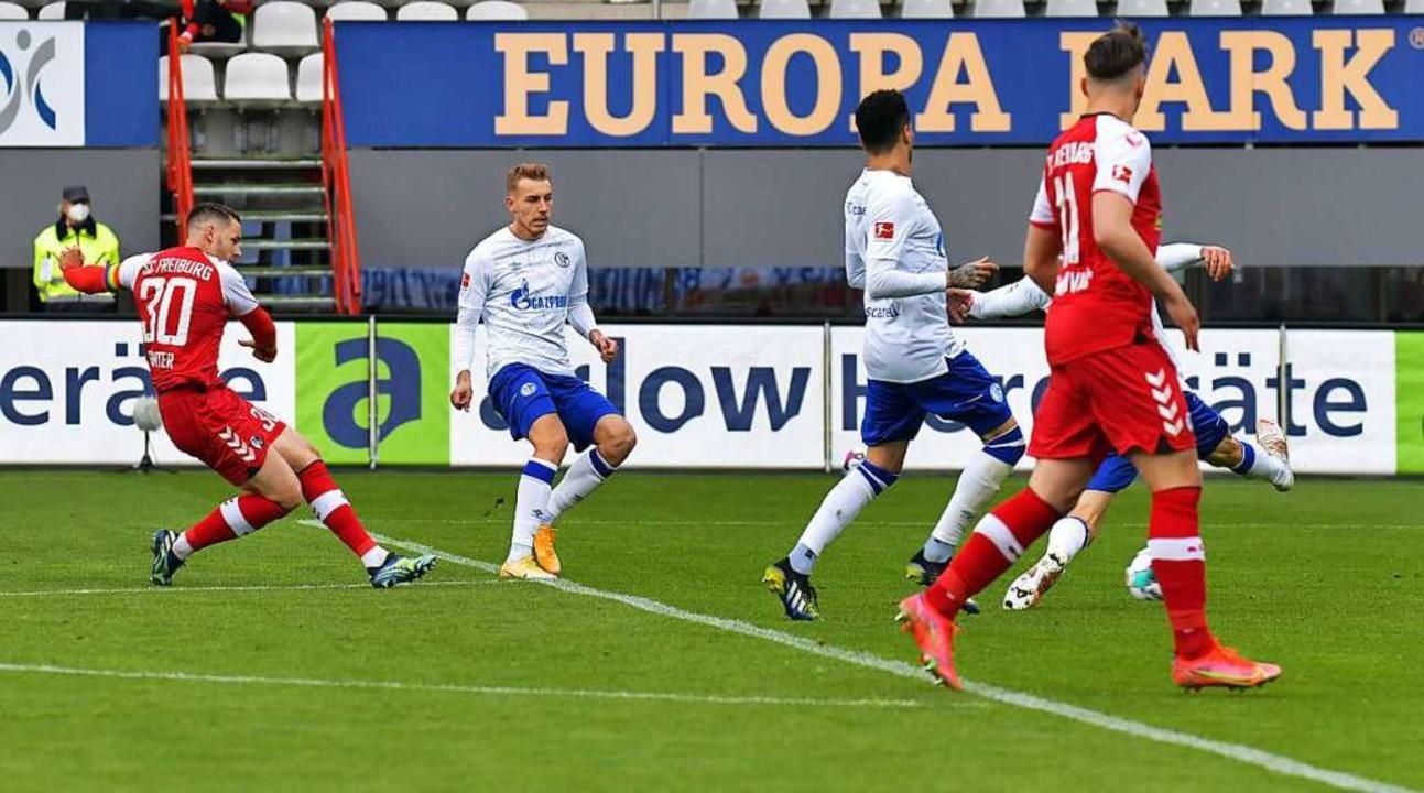 Christian Günter (links) zieht flach a...hwachen Tabellenletzten FC Schalke 04.  | Foto: Blatterspiel via www.imago-images.de