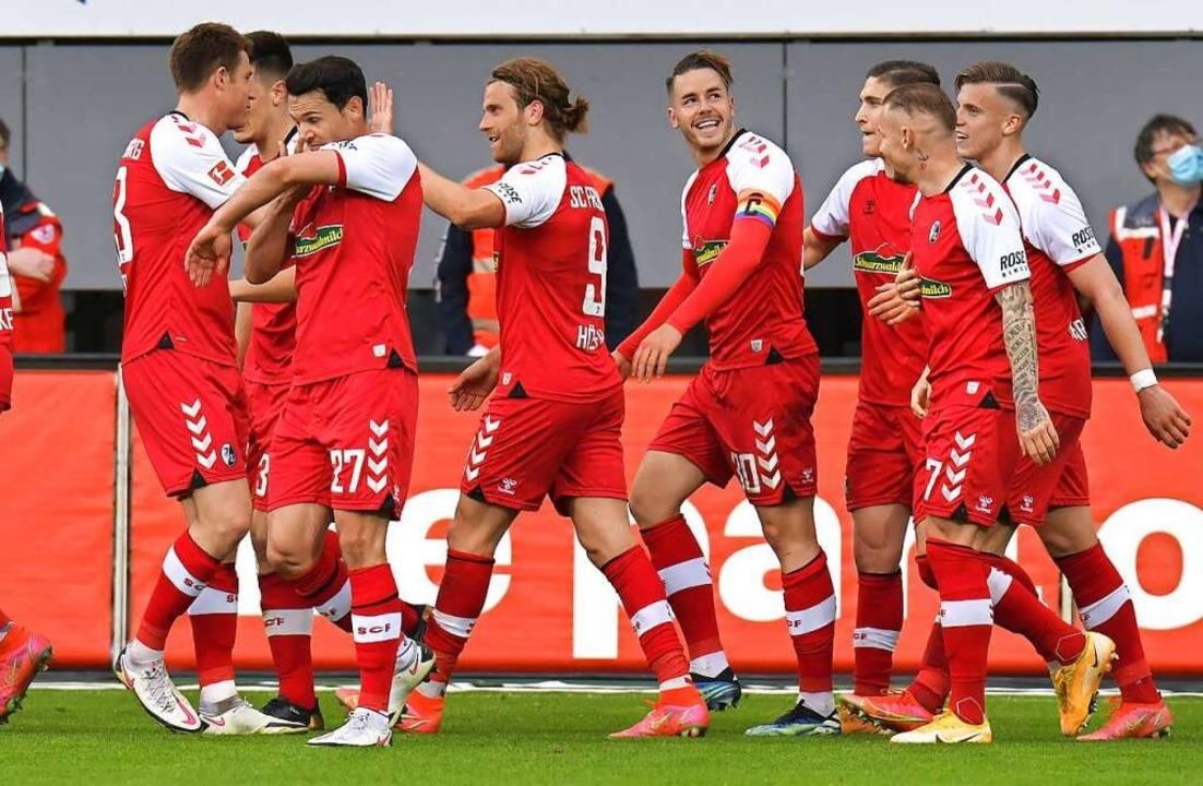 Ging Gunters (Mitte) Blick nach seinen...b Bundestrainer Löw noch anwesend ist?  | Foto: Blatterspiel via www.imago-images.de