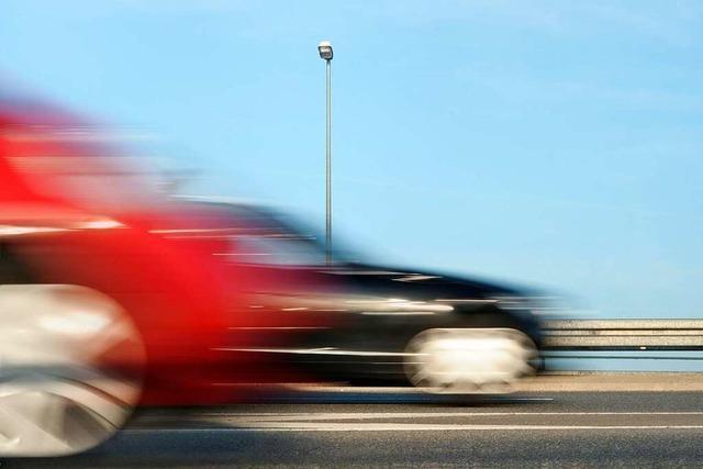 Illegales Autorennen auf der A5 – Polizei stoppt zwei Fahrzeuge