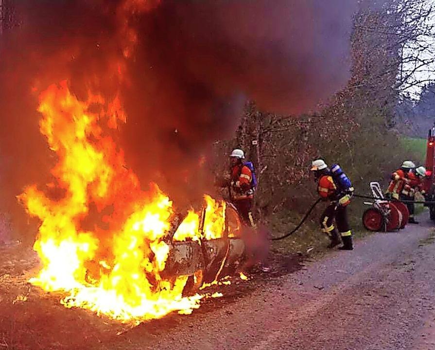 Völlig ausgebrannt ist ein Auto am Son...hrzeug und das angrenzende Waldstück.     Foto: Kerstin Heller