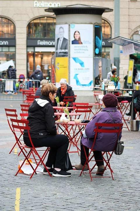 Hinsitzen und Kaffeetrinken: In der Schweiz ist Außengastronomie wieder erlaubt.  | Foto: Annika Sindlinger