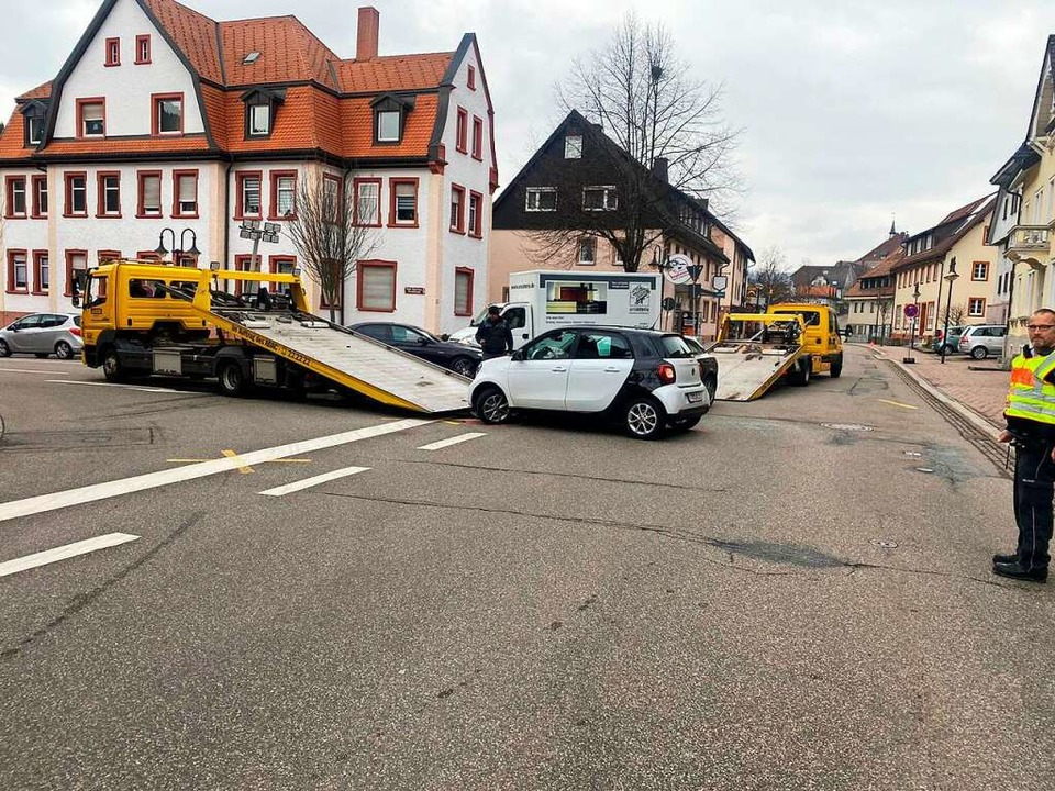 Die Vorfahrtsregelung an der östlichen...hleppwagen holten die Unfallwagen ab.     Foto: Kamera 24