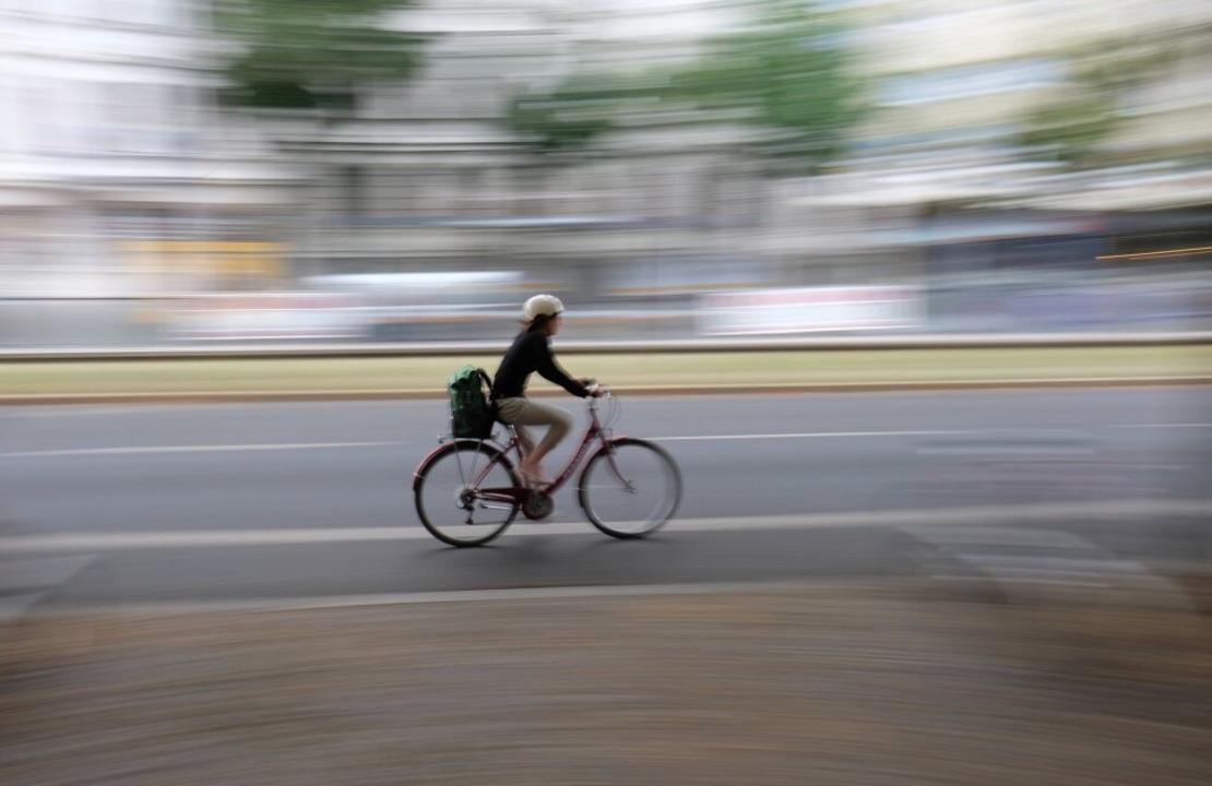 Das Rad ist das Verkehrsmittel der Stunde.  | Foto: Sebastian Willnow (dpa)