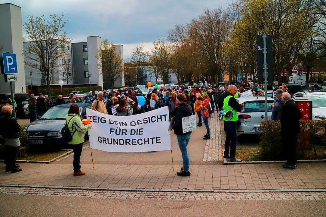 Rund 200 Demonstranten haben sich am S...forum Süd zum Protestmarsch formiert.   | Foto: Sebastian Müller