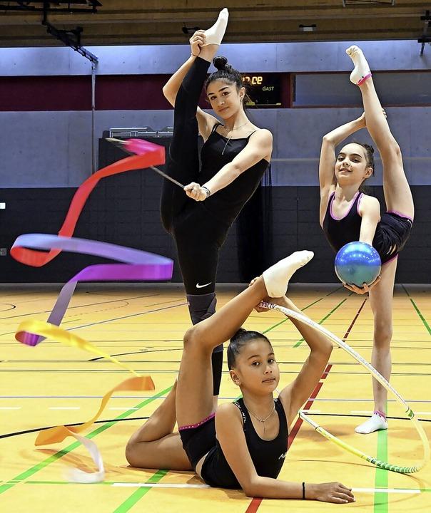 Nur drei Gymnastinnen dürfen derzeit i...Krieger (Reifen) und Sila-Asena Öztürk  | Foto: Wolfgang Künstle