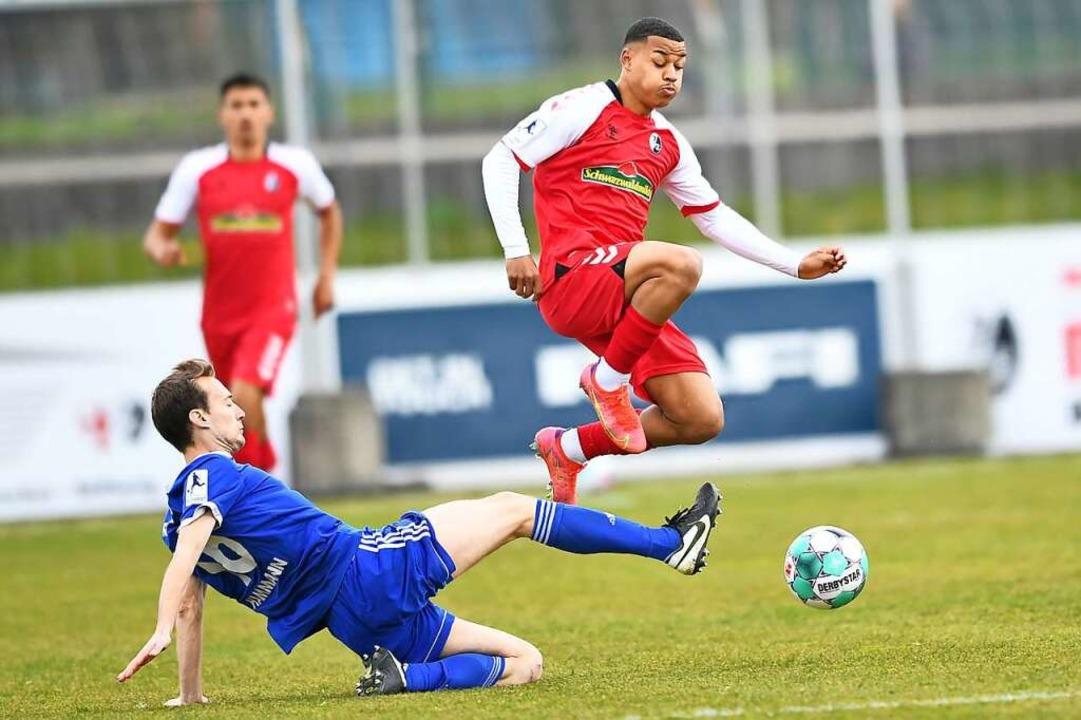 Emilio Kehrer (rechts) sorgte  mit sei...cheidung zugunsten der Freiburger U23.  | Foto: Achim Keller