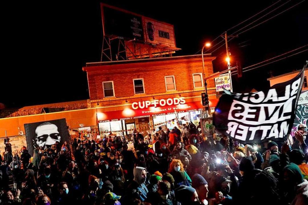 Menschen versammelten sich vor dem Ges...Floyd von Derek Chauvin getötet wurde.  | Foto: Nathan Howard (AFP)