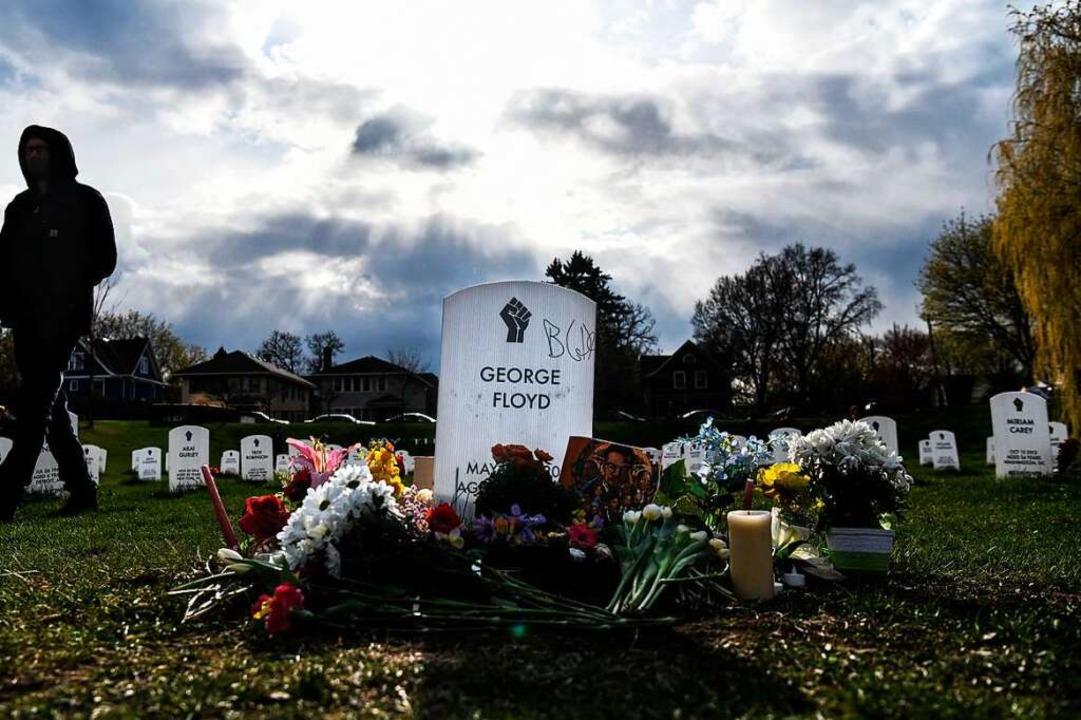 Blumen auf dem Grab von George Floyd.  | Foto: CHANDAN KHANNA (AFP)