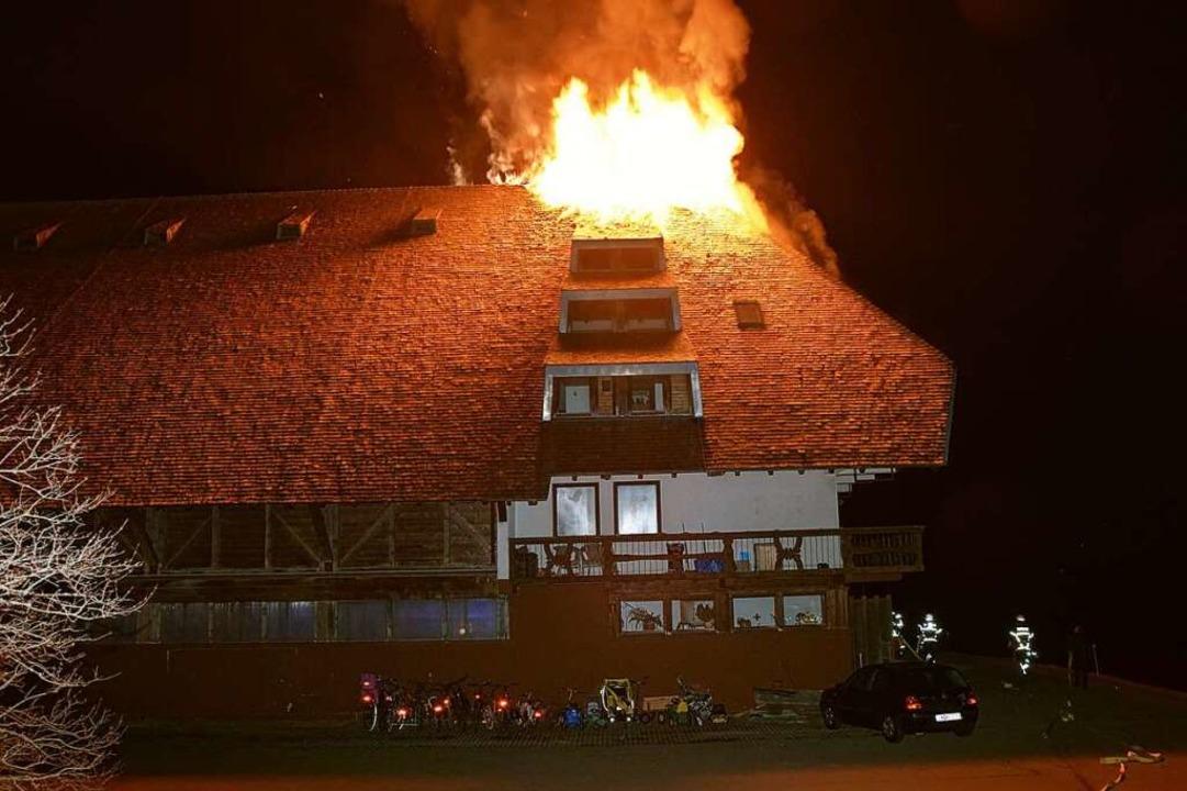 Als die Feuerwehr eintraf, brannte das...es  Schwörerhofs in Jostal lichterloh.    Foto: Kamera24