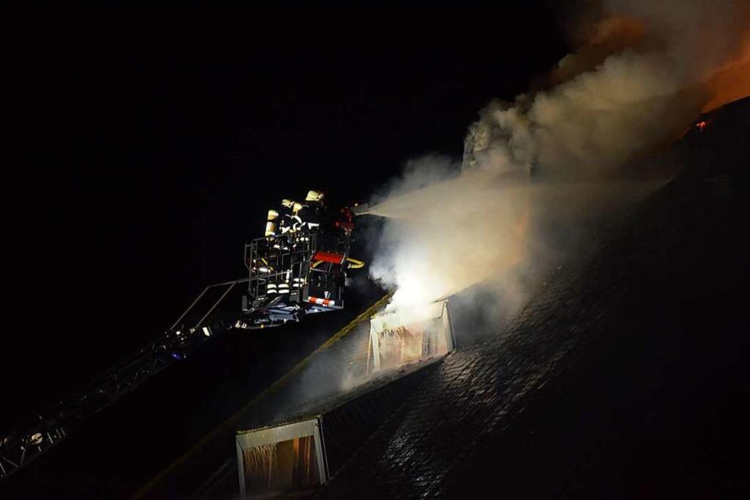 Die Feuerwehr im Einsatz.    Foto: Kamera24
