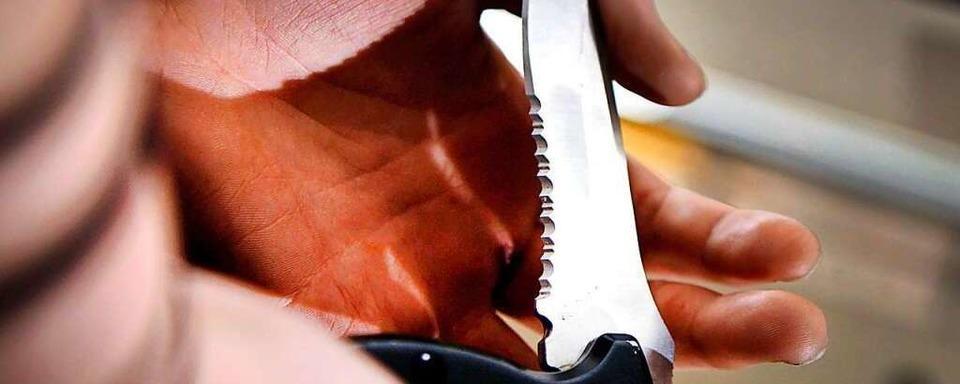 Mann auf Supermarkt-Parkplatz mit Messer angegriffen
