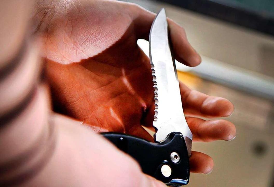 Der Mann wurde von einem Unbekannten mit einem Messer (Symbolbild) angegriffen.  | Foto: Oliver Berg (dpa)