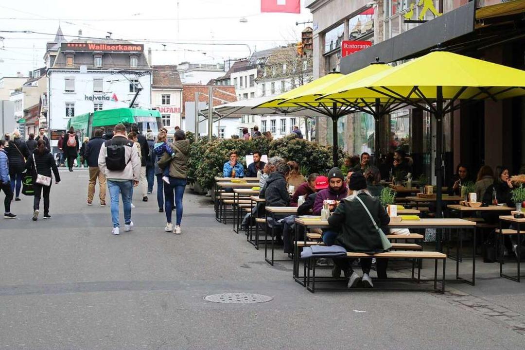 In Basel hat die Außengastronomie wieder geöffnet.  | Foto: Annika Sindlinger