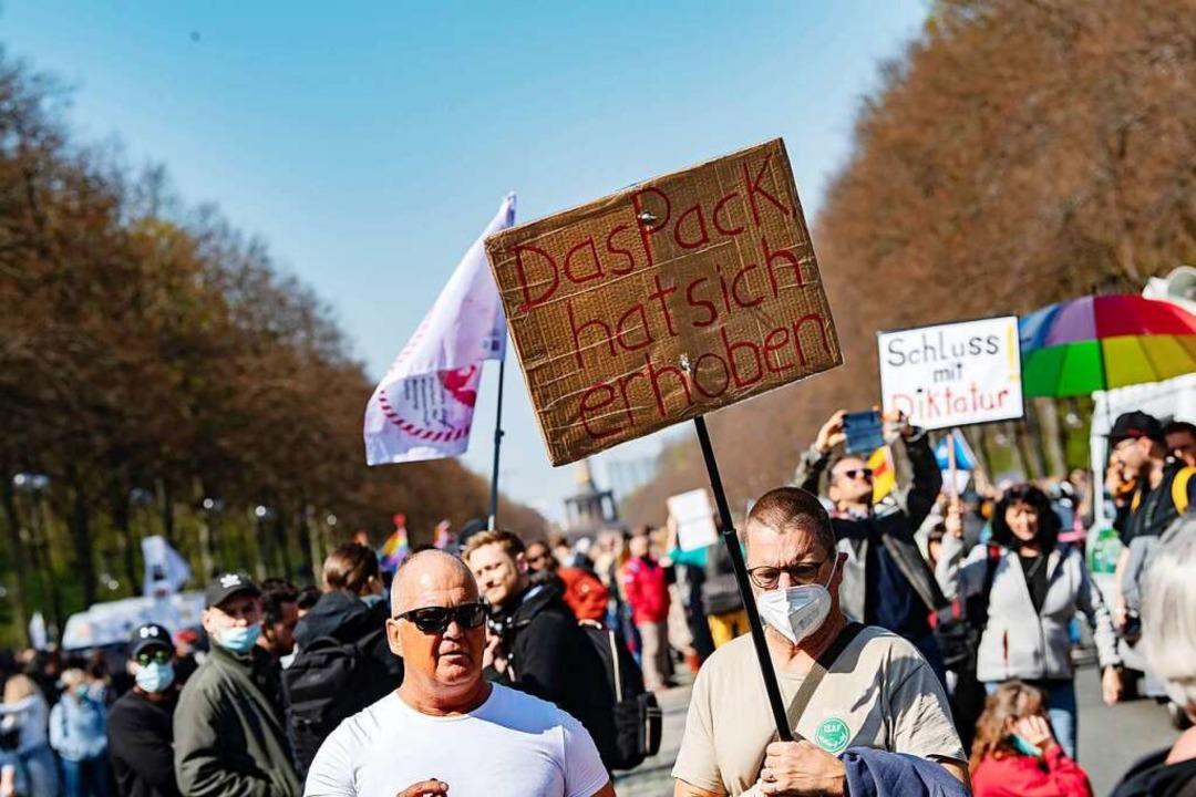 Begleitet wurde die Debatte im Bundestag von einer großen  Demonstration.  | Foto: Paul Zinken (dpa)